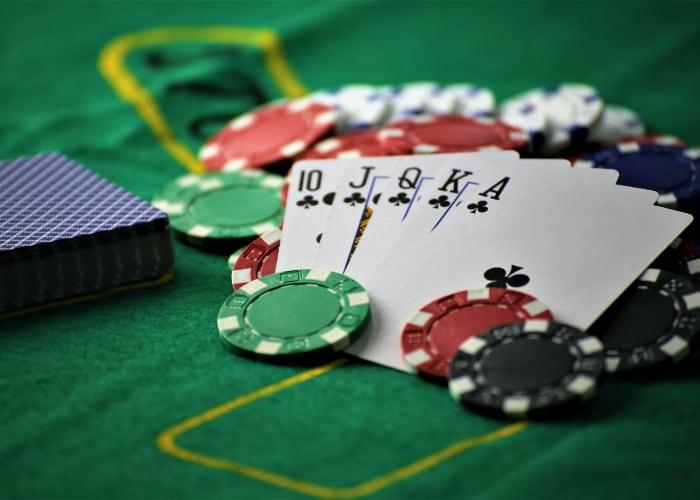 Speelkaarten op casinotafel